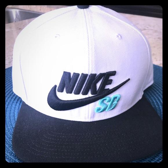 cca8e696ff1e9 Nike SB Icon Snapback Hat - White Black. M 5a71dc8ea44dbe38e236dd8c